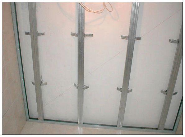 панели на потолок в комнате