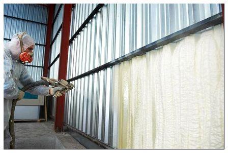 Процесс напыления ППУ на стены ангара изнутри