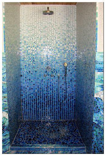 На фото: мозаика в душе позволяет сделать этот небольшой отсек оригинальным и привлекательным