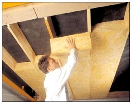 Монтаж рулона минеральной ваты между деревянными лагами на потолке